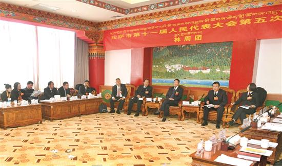 白玛旺堆在参加市十一届人大五次会议林周代表团审议…